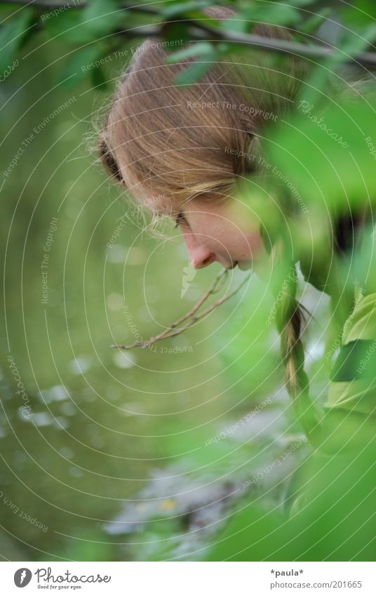 Allein am Ufer Mensch Natur Jugendliche grün ruhig Erholung feminin Freiheit Haare & Frisuren träumen Kopf Denken braun frei