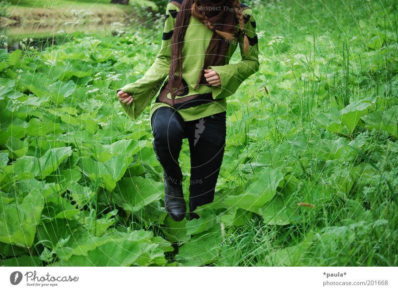 Storch im Salat Mensch Natur Jugendliche grün Pflanze Blatt feminin Leben Umwelt Gras Bewegung Beine braun Arme gehen natürlich