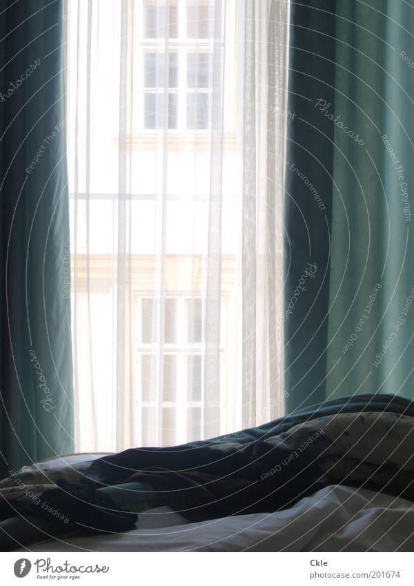 Mittag Fenster Wärme hell Fassade Bekleidung Schönes Wetter Bett weich Aussicht Leidenschaft Geborgenheit Unterwäsche Schlafzimmer Bildart & Bildgenre Kontrast
