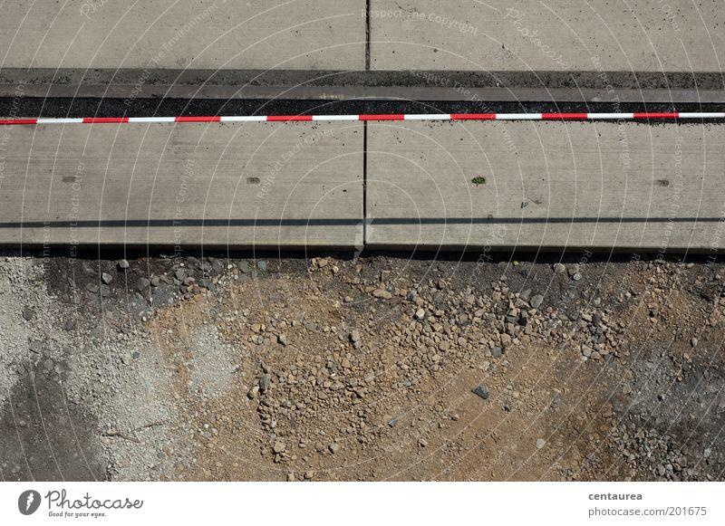 Grenzen Erde Sand Stein Beton einfach fest braun grau rot weiß Trennlinie Barriere Baustelle Farbfoto Außenaufnahme Textfreiraum unten Textfreiraum Mitte Tag