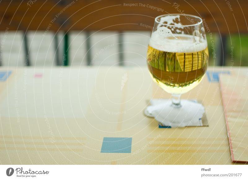 Bierchen Glas Alkohol Tisch Restaurant Sommer einfach lecker gelb gold Laster Reinheit Durst Alkoholsucht Freizeit & Hobby Biergarten Speisekarte Farbfoto