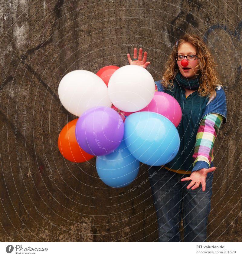zauberhaft Mensch Jugendliche Hand rot Freude feminin Wand Erwachsene lustig blond Nase Kindheit fliegen frei Fröhlichkeit Geburtstag