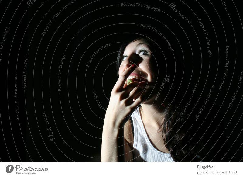 Heisshunger feminin Junge Frau Jugendliche Erwachsene 1 Mensch 18-30 Jahre Essen Haare & Frisuren Blick Hand Mund dunkel bedrohlich stopfen Ernährung Wahnsinn