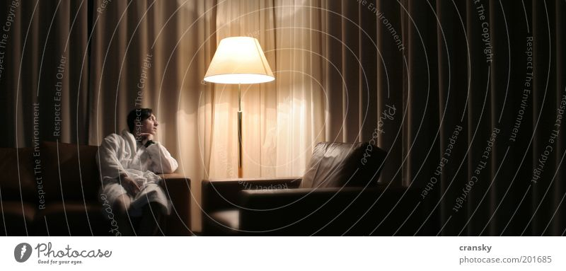 hotel lynch Mensch Mann Einsamkeit Erwachsene Gefühle Innenarchitektur Stil Lampe träumen Raum Zufriedenheit maskulin warten elegant Design Wellness