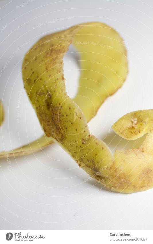 Verpackung. Lebensmittel Gemüse Ernährung Vegetarische Ernährung lang lecker Kartoffeln schlangenförmig dünn braun gelb weiß Studioaufnahme Detailaufnahme