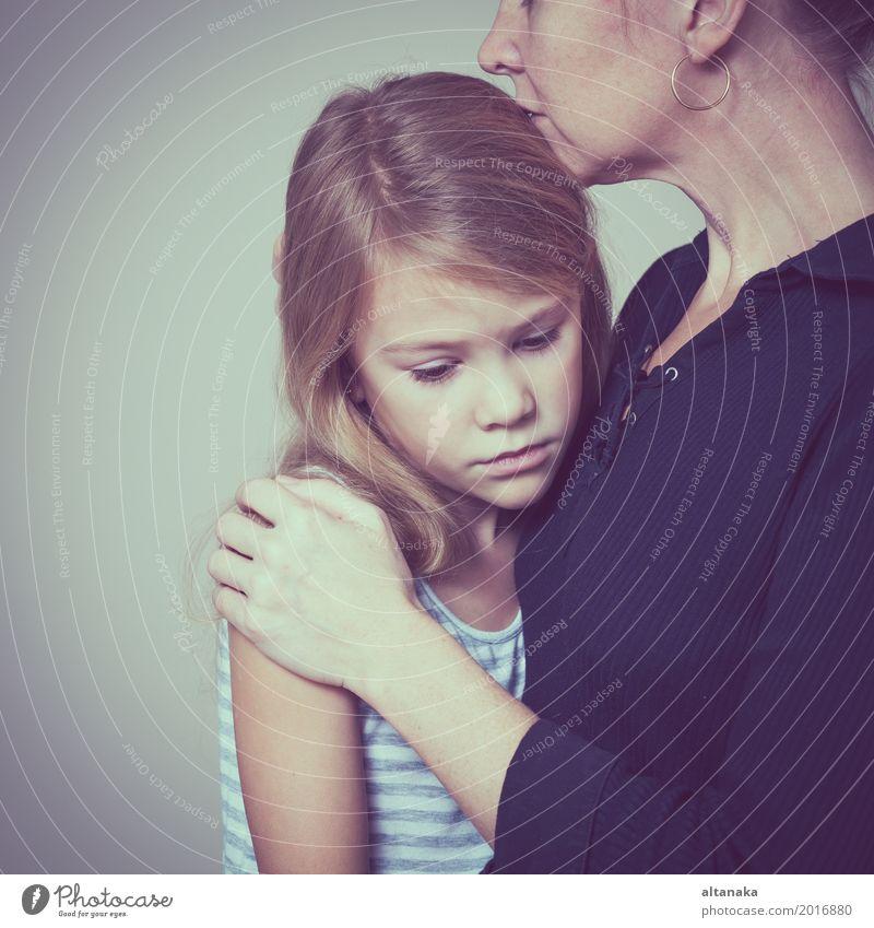 traurige Tochter, die ihre Mutter zu Hause umarmt. Konzept der Paarfamilie ist in Trauer. Lifestyle Gesicht Kind Mensch Mädchen Frau Erwachsene Eltern
