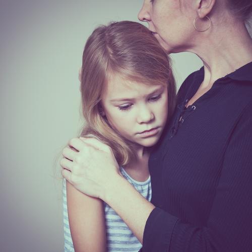 traurige Tochter, die zu Hause seine Mutter umarmt Lifestyle Gesicht Kind Mensch Mädchen Frau Erwachsene Eltern Familie & Verwandtschaft Kindheit Denken Liebe