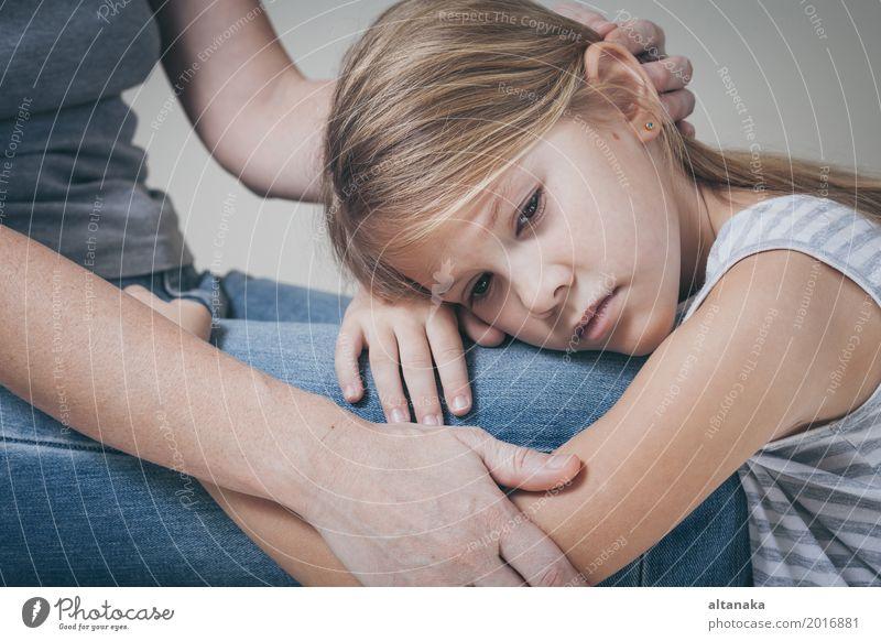 Porträt ein trauriges kleines Mädchen Mensch Kind Frau Gesicht Erwachsene Lifestyle Traurigkeit Liebe Gefühle Familie & Verwandtschaft Denken Kindheit niedlich