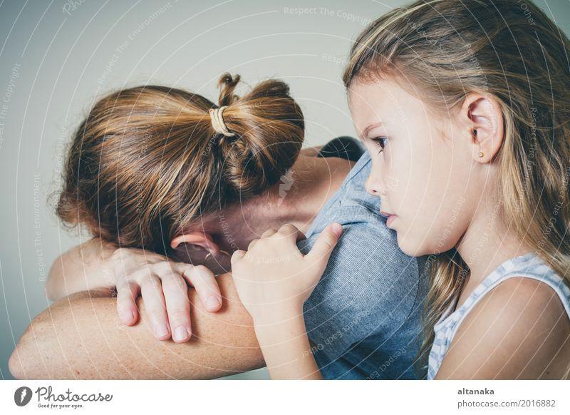 traurige Tochter, die zu Hause seine Mutter umarmt Mensch Kind Frau Mädchen Gesicht Erwachsene Lifestyle Traurigkeit Liebe Gefühle Familie & Verwandtschaft