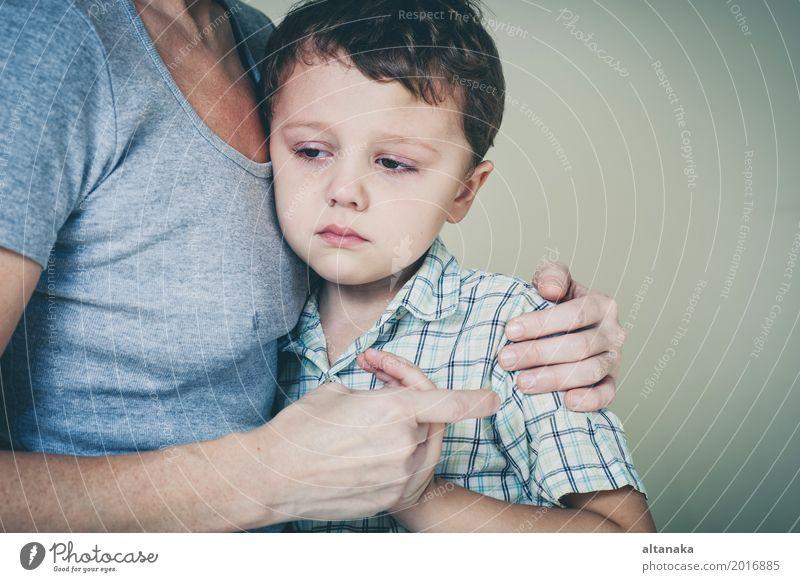 trauriger Sohn, der seine Mutter zu Hause umarmt. Konzept der Paarfamilie ist in Trauer. Lifestyle Gesicht Kind Mensch Junge Frau Erwachsene Eltern