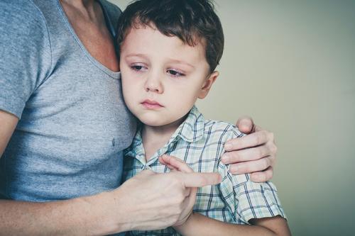 trauriger Sohn, der zu Hause seine Mutter umarmt Mensch Kind Frau Gesicht Erwachsene Lifestyle Traurigkeit Liebe Gefühle Junge Familie & Verwandtschaft klein