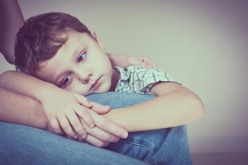 trauriger Sohn, der zu Hause seine Mutter umarmt Lifestyle Gesicht Kind Mensch Junge Frau Erwachsene Eltern Familie & Verwandtschaft Kindheit Denken Liebe