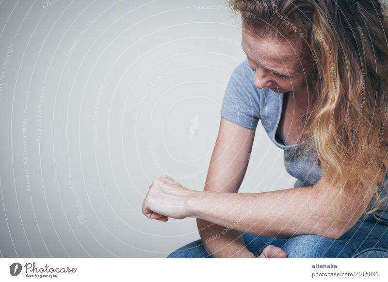 eine traurige Frau, die an einer Wand sitzt Lifestyle Gesicht Mensch Mädchen Erwachsene Familie & Verwandtschaft Traurigkeit weinen Gefühle Sorge Trauer
