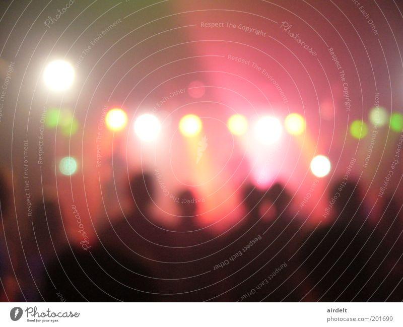 Konzert Bewegung Musik Tanzen rosa Menschenmenge Bühne Publikum Fan Interesse Überraschung Lichtspiel Musiker Sänger Euphorie Unschärfe