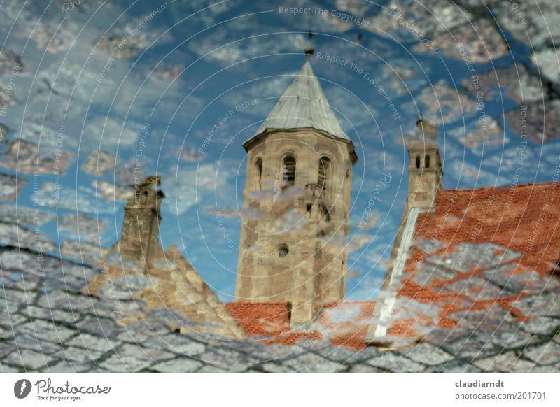 Burgplatzpfütze Wasser Stadt Haus Stein Gebäude Regen Architektur Deutschland nass Platz Kirche Dach Turm Denkmal Bauwerk
