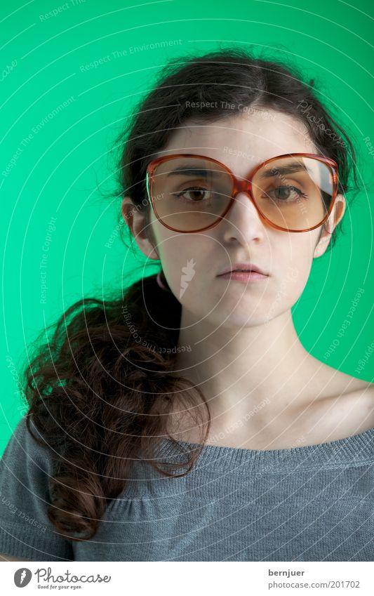 oversized and too green Frau Mensch Jugendliche schön grün Gesicht feminin grau Zufriedenheit Porträt Suche groß Coolness Brille brünett Sonnenbrille