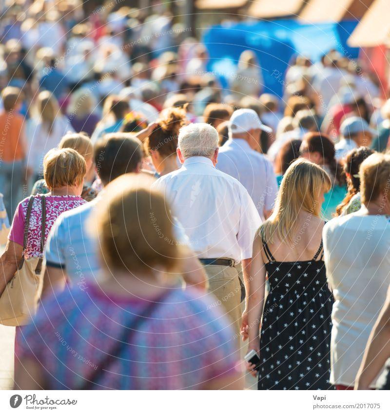 Masse der Leute, die auf die beschäftigte Stadtstraße gehen Lifestyle kaufen Ferien & Urlaub & Reisen Städtereise Arbeit & Erwerbstätigkeit Business Mensch Frau
