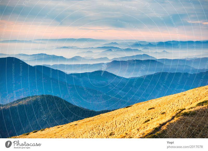Blick vom Bergrücken mit gelbem Gras schön Ferien & Urlaub & Reisen Sommer Berge u. Gebirge Umwelt Natur Landschaft Himmel Wolken Horizont Sonnenaufgang