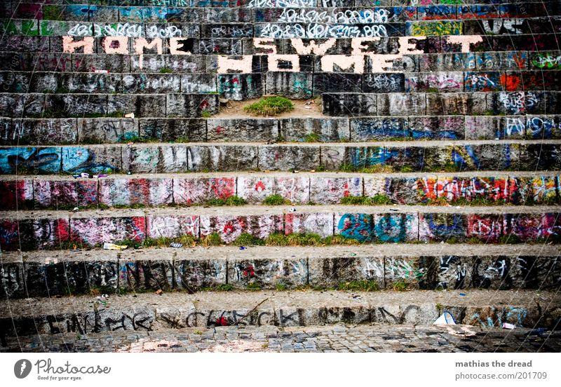 HOME SWEET HOME Menschenleer Park Platz Architektur Zeichen Schriftzeichen Graffiti außergewöhnlich dreckig Mauerpark Tribüne Theater rund Sitzgelegenheit Bühne