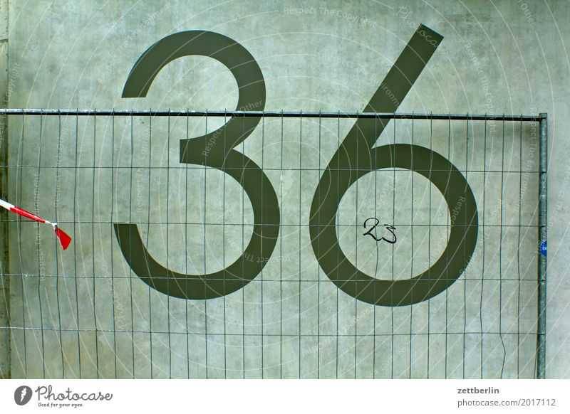 36/23 Ziffern & Zahlen Hausnummer Mauer Wand Beton Baustelle Bauzaun Zaun Metallzaun Metallbau Metallwaren geschlossen Grenze Schriftzeichen Typographie