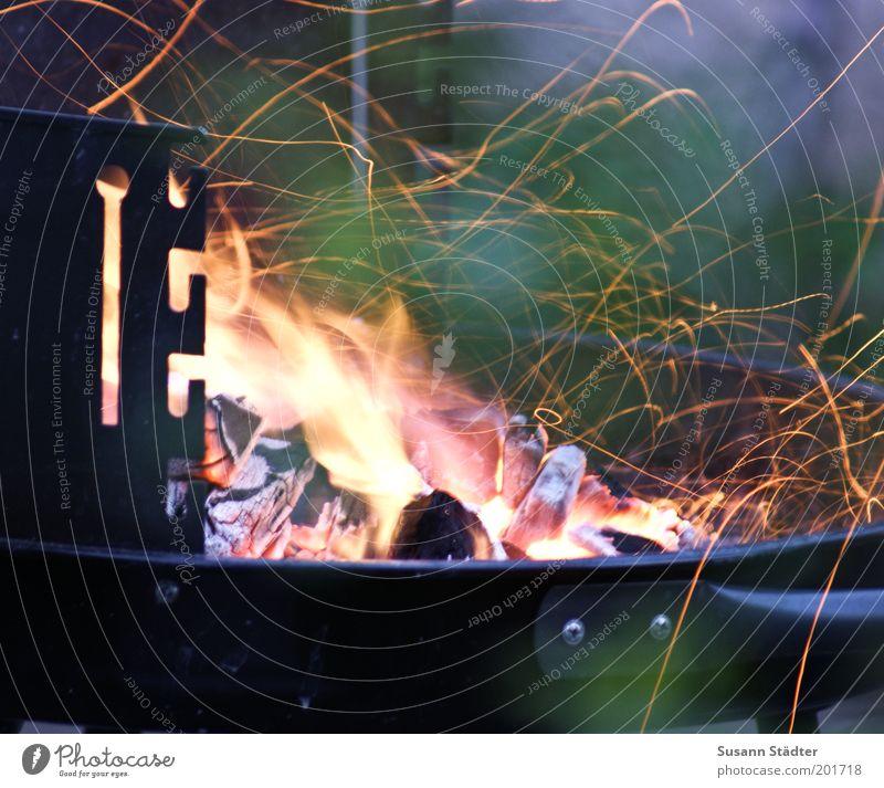 Der Funke springt über fliegen Funken heiß Feuer Glut Brandasche Grill Grillen Sommer Sommerabend Spuren malen Linie Wärme Farbfoto mehrfarbig Außenaufnahme