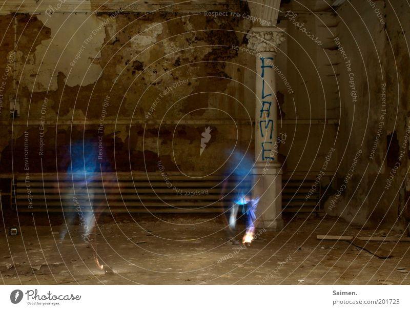 blue FLAME Mensch Mann Erwachsene dunkel Wand Bewegung Mauer dreckig maskulin Geschwindigkeit außergewöhnlich geheimnisvoll verfallen skurril Idee Säule
