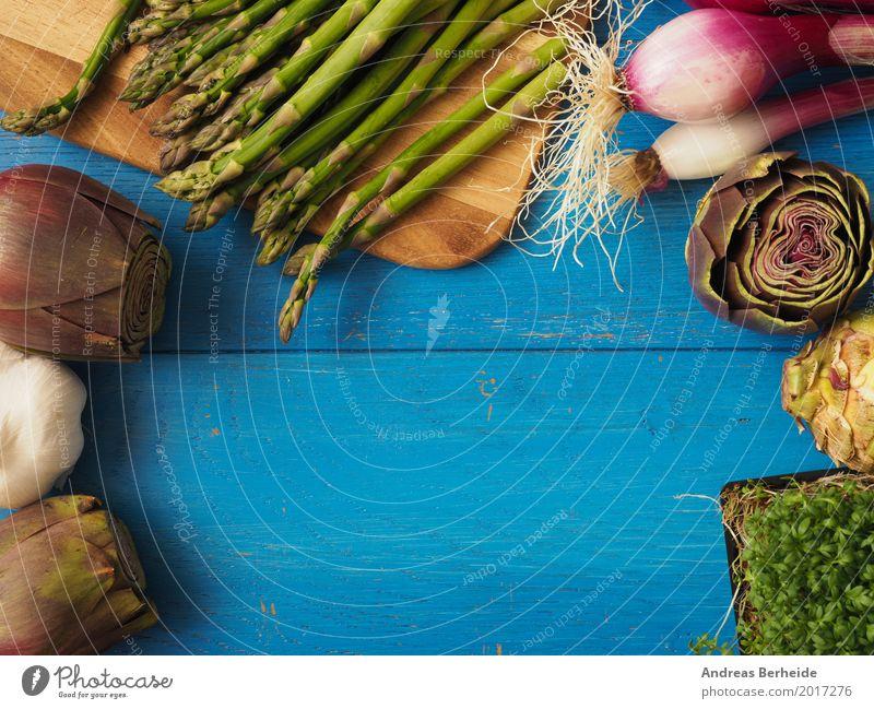 Grüner Spargel auf blauem Tisch Lebensmittel Textfreiraum lecker Gemüse Zutaten Zwiebel Feinschmecker Knoblauch Kresse Artischocke