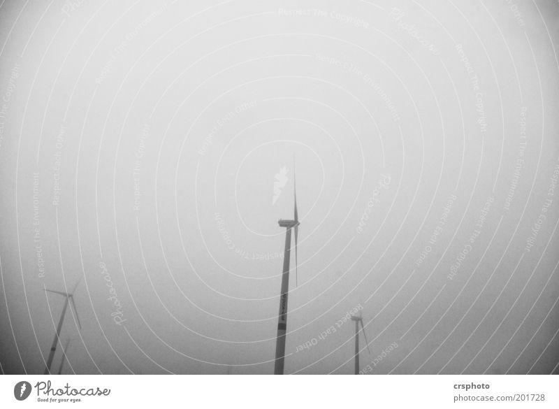 Grauer Tag Himmel grau Nebel hoch Energiewirtschaft Zukunft Windkraftanlage drehen Umweltschutz schlechtes Wetter Fortschritt Erneuerbare Energie