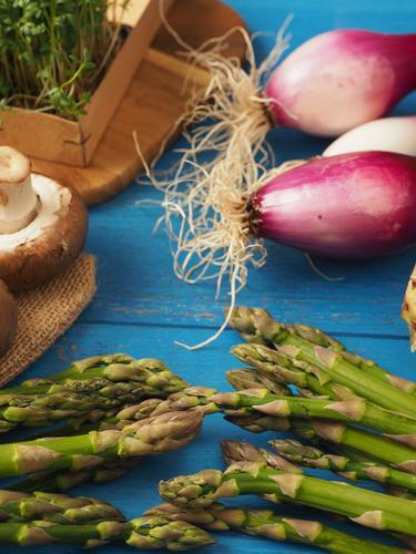 Grüner Spargel mit Zutaten Gesundheit Lebensmittel Ernährung lecker Gemüse Bioprodukte Diät Vegetarische Ernährung Holztisch Vegane Ernährung Saison
