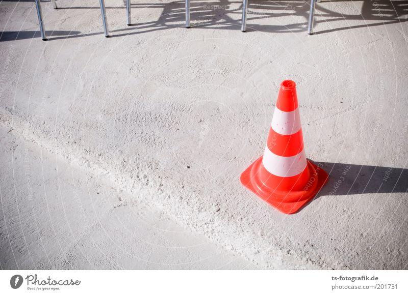Pan Taus Freizeithut weiß rot Einsamkeit Farbe Wege & Pfade orange Beton Verkehr Sicherheit Stuhl Baustelle einzigartig Hut Kunststoff Barriere Absicherung