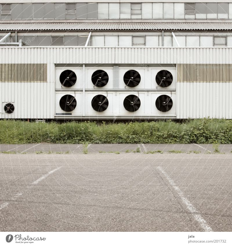 klimatechnik weiß grün Pflanze Fenster Gras grau Gebäude Platz trist Industriefotografie Fabrik Bauwerk Parkplatz Industrieanlage industriell Lüftung