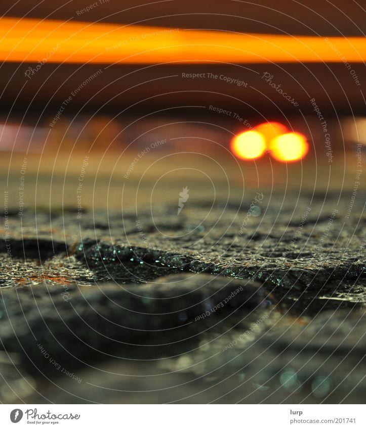 Buslinie 62 gelb grau nass Bürgersteig Regenwasser Verkehrswege feucht Kopfsteinpflaster Pfütze Pflastersteine Straßenverkehr Autoscheinwerfer Langzeitbelichtung Makroaufnahme Lichtstreifen Wege & Pfade
