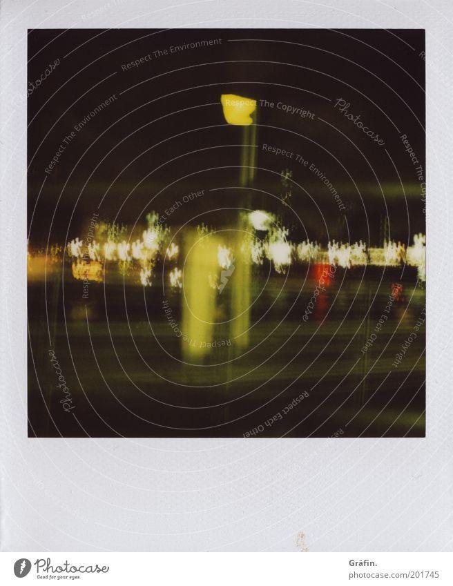 Schwankender Hafen grün gelb dunkel Bewegung glänzend leuchten analog Sightseeing Polaroid Nachtleben Lichtpunkt schaukeln Hafenstadt taumeln Ponton