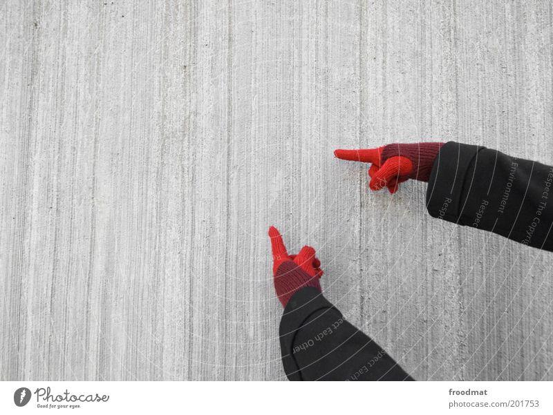 copyspace Mensch Hand rot kalt Wand grau Mauer Fassade Beton Finger Kommunizieren einfach Werbung zeigen Junge Frau Hinweis