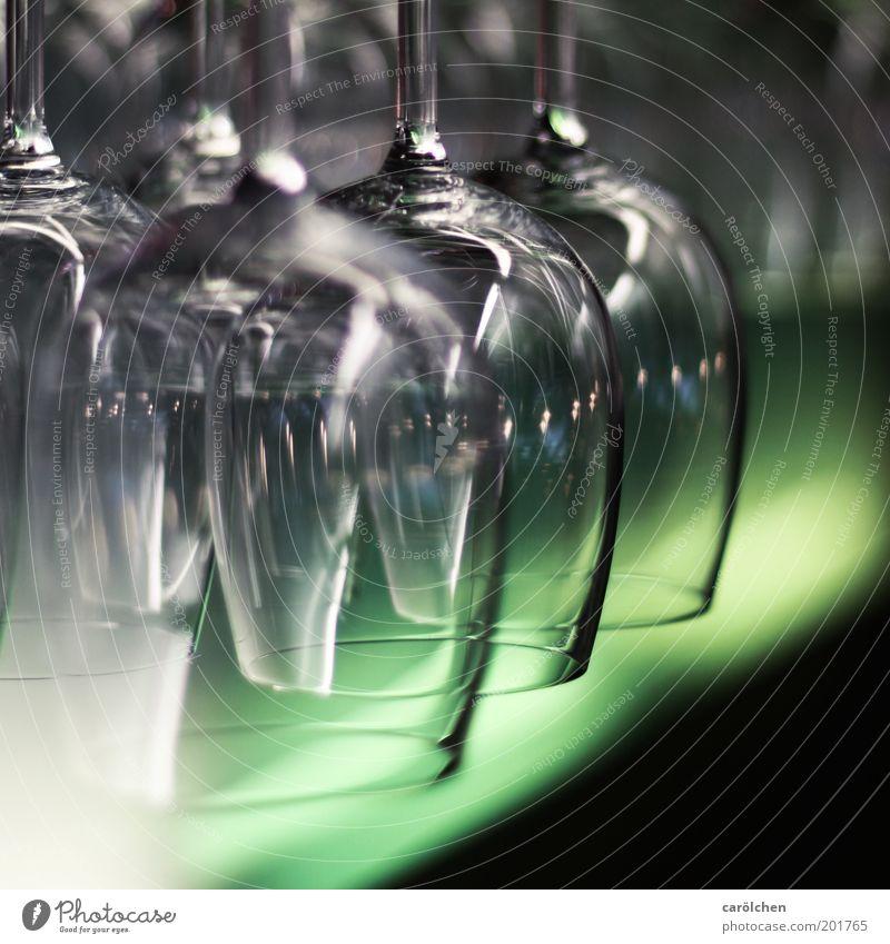 Gläser n Glas grau grün schwarz Weinglas Restaurant Gastronomie durchsichtig Bar Kneipe Farbfoto Innenaufnahme Nahaufnahme Kunstlicht Schwache Tiefenschärfe