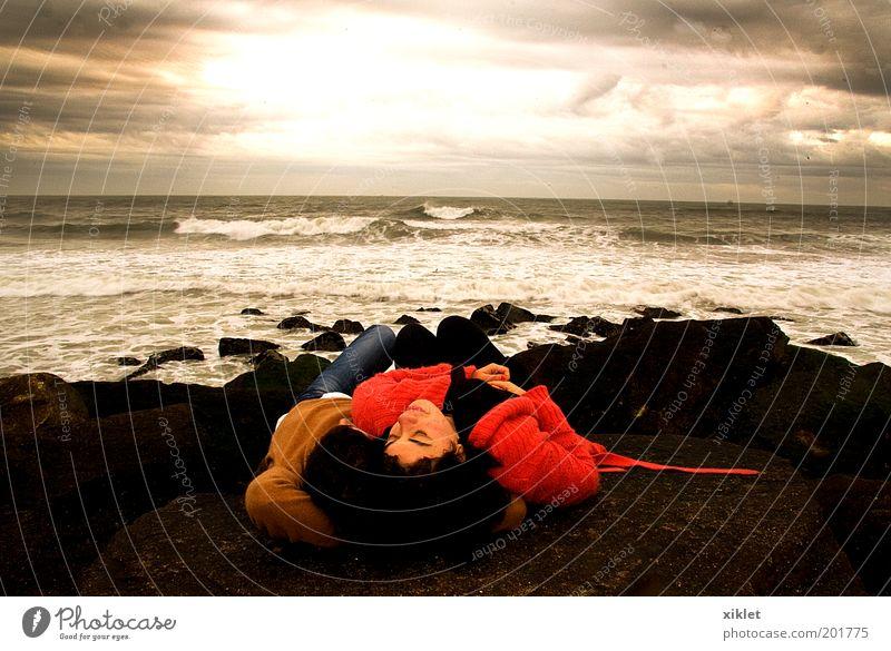 Schlafen am Strand Junge Frau Jugendliche Junger Mann Partner 2 Mensch 18-30 Jahre Erwachsene Natur Sand Wasser Sonne Herbst Wellen Küste berühren Küssen Liebe