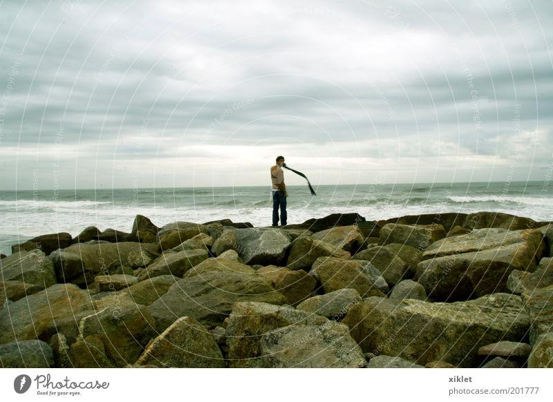 Mensch Meer Strand Freude Wolken ruhig Einsamkeit Erwachsene Herbst kalt Denken Wellen Wind Felsen natürlich