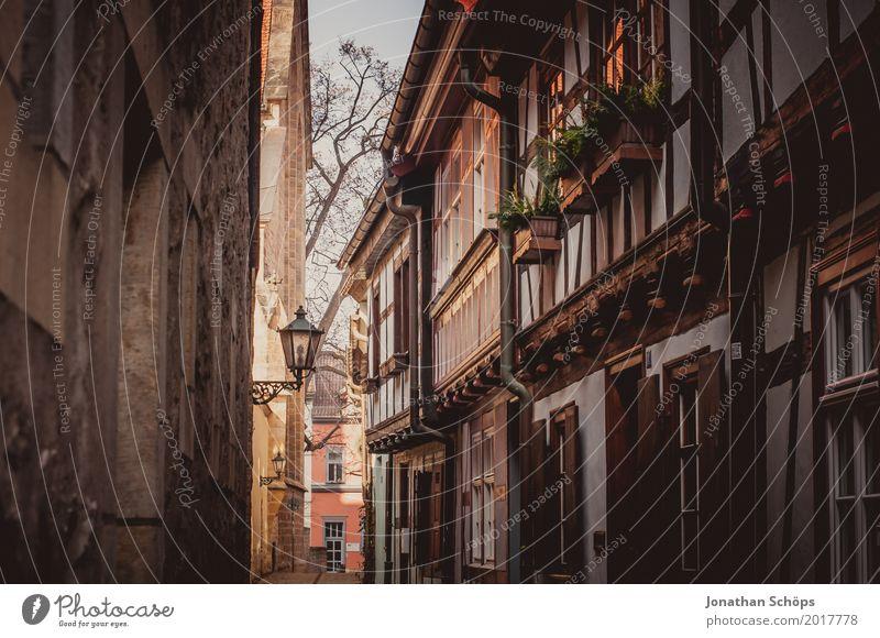 Augustinerkloster Erfurt IV Altstadt Außenaufnahme Durchblick Farbfoto Gasse Laterne Straßenbeleuchtung Wege & Pfade Fußweg Stein Steinmauer Thüringen Winter