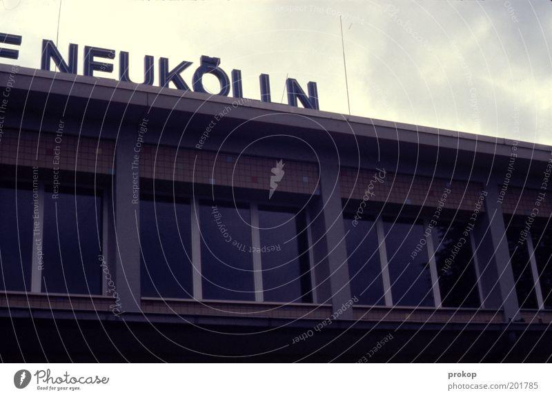 Selbsterklärend Stadt Haus Bauwerk Gebäude Fassade Zeichen Schriftzeichen authentisch Neukölln Berlin Mosaik Fensterscheibe Schwimmbad Himmel Wolkenhimmel