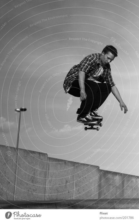 Moment der Stille Jugendliche springen Schuhe Erwachsene maskulin fliegen Freizeit & Hobby Skateboarding Mut Hemd kurzhaarig Schwerelosigkeit Sport Junger Mann Sprungkraft Skateboardkleidung