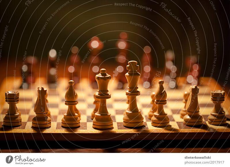 Schach II Brettspiel Denken Spielen listig Konzentration planen Taktik Schachfigur Figur Armee Kriegsschauplatz Bauernopfer Farbfoto Innenaufnahme Kunstlicht