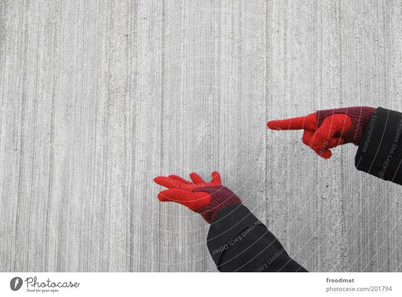 hier gibt es nichts zu sehen Hand Mauer Wand Fassade Handschuhe Kommunizieren einfach kalt grau rot Handel Werbung Präsentation zeigen Hinweis Beton Betonwand