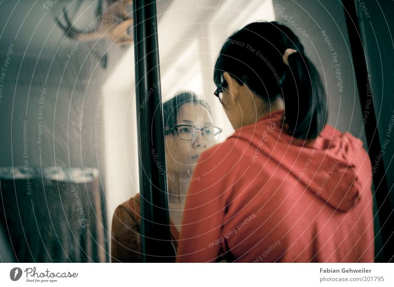 Foreigner Mensch Jugendliche Gesicht feminin Gefühle Kopf Denken Erwachsene Brille beobachten einzigartig Spiegel Neugier Erwartung Spiegelbild Asiate