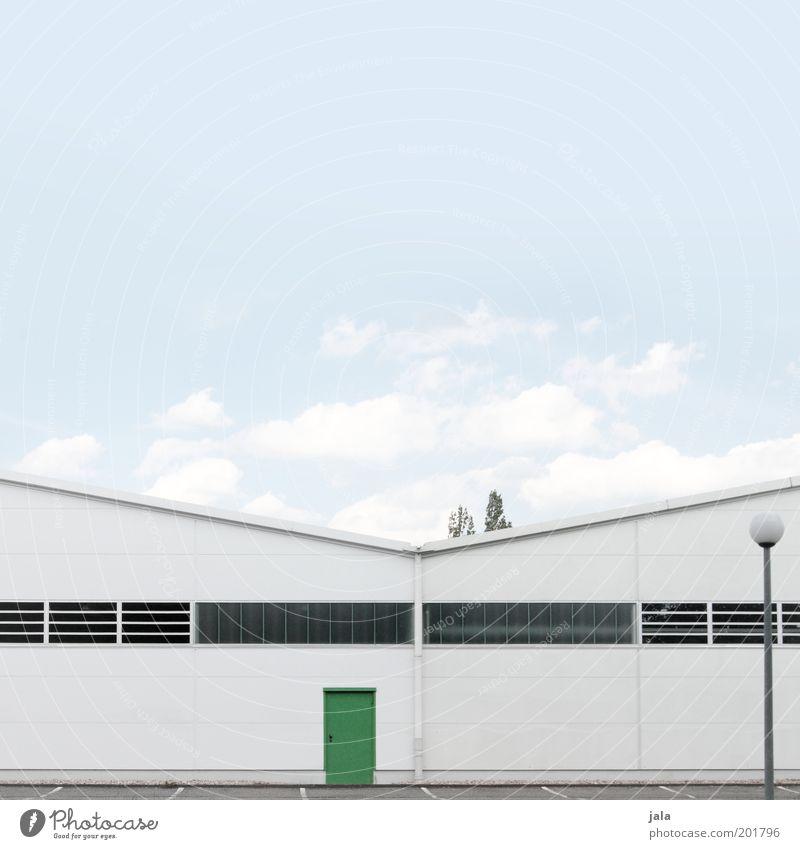 notausgang Fabrik Industrie Mittelstand Himmel Industrieanlage Bauwerk Gebäude Lagerhalle blau grün weiß Warenlager Industriefotografie industriell Laterne Tür