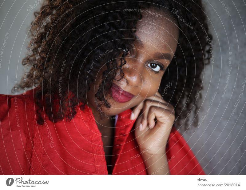 Arabella feminin Frau Erwachsene 1 Mensch Mauer Wand Kleid Haare & Frisuren brünett Locken Afro-Look beobachten festhalten Lächeln Blick warten Freundlichkeit