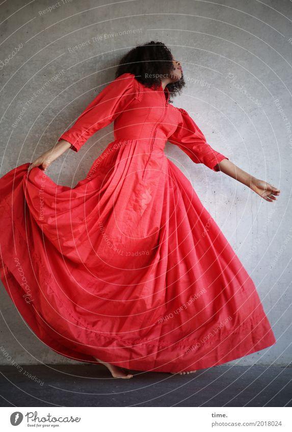 Arabella Mensch Frau schön Erwachsene Leben Bewegung feminin Haare & Frisuren Zufriedenheit ästhetisch Kreativität Tanzen Lebensfreude festhalten Kleid