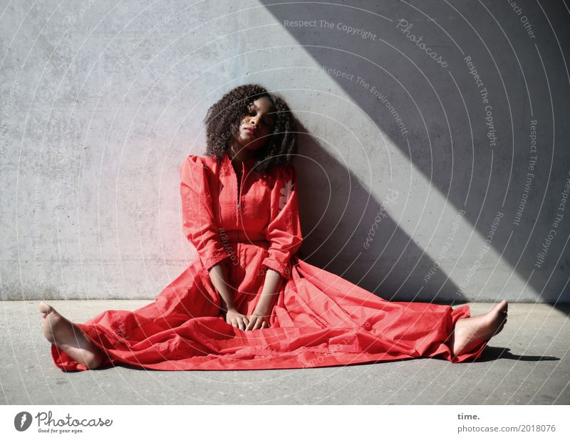 . Mensch Frau schön rot Erholung Erwachsene Wand Wege & Pfade feminin Mauer Haare & Frisuren Zeit Zufriedenheit sitzen warten beobachten