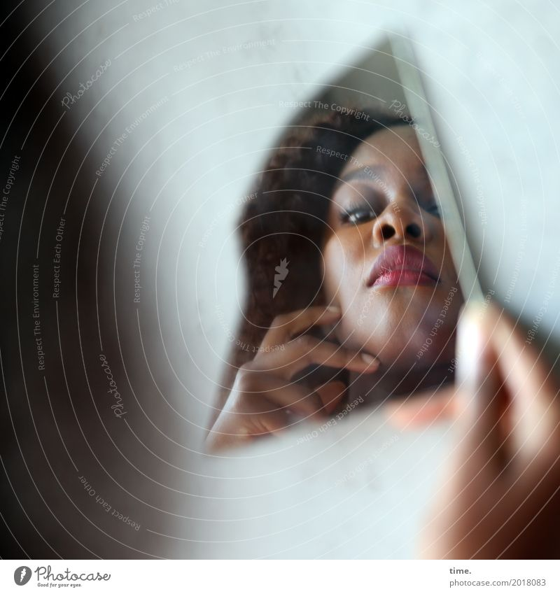 Arabella Mensch Frau schön Hand Gesicht Erwachsene Leben Wand feminin Mauer außergewöhnlich Denken Kreativität beobachten Coolness Neugier