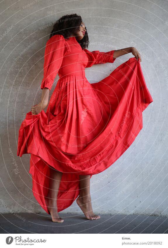 Arabella feminin Frau Erwachsene 1 Mensch Mauer Wand Kleid Barfuß Haare & Frisuren brünett langhaarig Locken Afro-Look beobachten Bewegung festhalten Blick