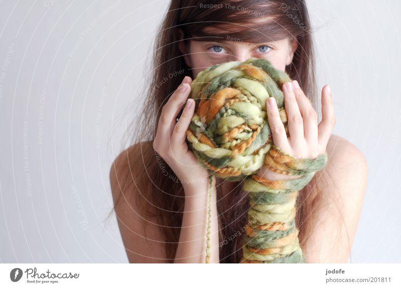 Wolle, Wolle... Mensch feminin Junge Frau Jugendliche Erwachsene Auge Hand 1 18-30 Jahre ästhetisch Wollknäuel Verschmitzt Gefühle grün orange mehrfarbig Finger